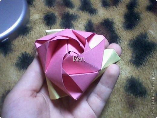 Доброго времени суток,жители Страны Мастеров!Я новичок в технике Оригами.И МК по Оригами делаю впервые.Так что прошу не судить строго,и если что то не понятно,спрашивайте!Я хочу показать вам и рассказать как делаются такие розочки.В чём их секрет?Сейчас узнаете! фото 49