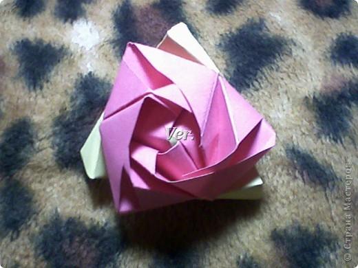 Доброго времени суток,жители Страны Мастеров!Я новичок в технике Оригами.И МК по Оригами делаю впервые.Так что прошу не судить строго,и если что то не понятно,спрашивайте!Я хочу показать вам и рассказать как делаются такие розочки.В чём их секрет?Сейчас узнаете! фото 52