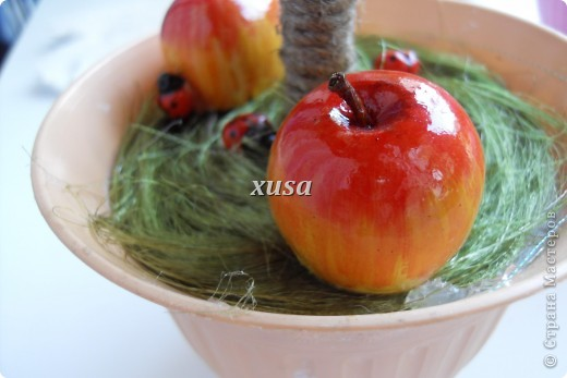 Так понравилось дерево из лент моим гостям, что пришлось еще одно делать, это решила сделать традиционно уже для меня с яблоками, но как мне кажется тоже очень не плохо! фото 5