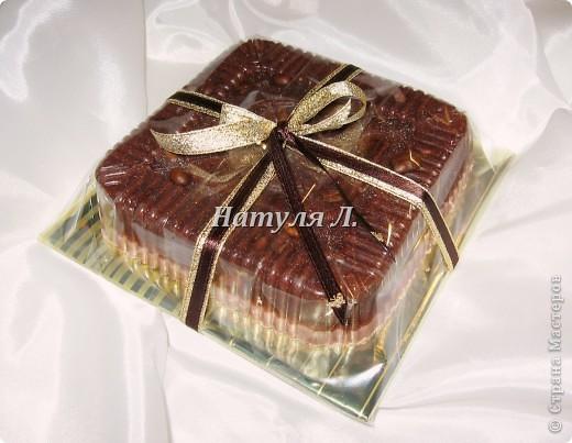 """Всё как обычно - """"Мама, срочно нужно сделать подарок.... подружка попросила....ей завтра очень нужно!!!""""  :о) Причем мыло, кофейное, с золотой подложкой...и в упаковке с золотым бантом .....  Вот такой тортик получился ... 540гр    фото 1"""
