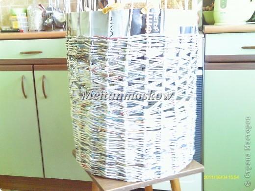 Круглая корзина для белья из газет фото 3