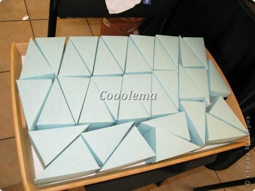 Всем привет! Я тут подглядела у татьяны62 (http://stranamasterov.ru/node/160727), как делать бонбоньерки и решилась... Правда, у Татьяны их поменьше было, мне же нужно было наваять 110 ))))))))) Взяла я картон двух оттенков с тиснением под кожу.... И понеслась... фото 1