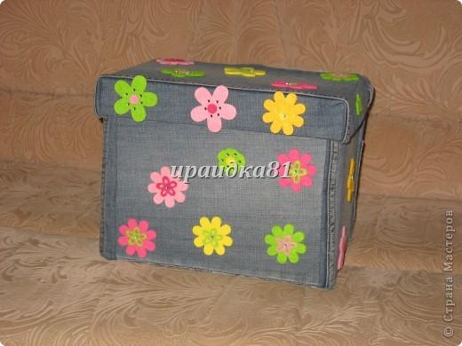 Картонную коробку из Икеи обклеила тканью от старых джинс и украсила цветочками из фетра.Результат мне понравился. фото 1