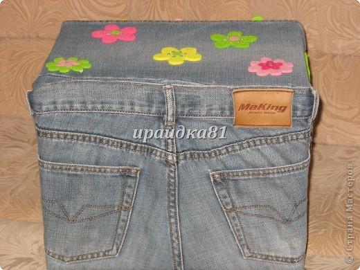 Картонную коробку из Икеи обклеила тканью от старых джинс и украсила цветочками из фетра.Результат мне понравился. фото 2