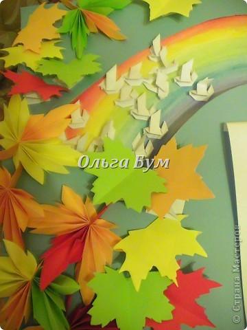 """Это моя газета ко Дню учителя. Выполнена в технике оригами и квиллинга. Делали вместе с детьми. Сборку сама. Всего у нас ушло на неё примерно трое суток. Хочу сразу открыть её секрет: голуби по радуге летят в почти в буквальном смысле, так как сзади большое бумажное колесо, которое можно вращать сбоку. И голуби """"пролетают"""" по радуге, из них сложены буквы и читается надпись """"С ДНЁМ УЧИТЕЛЯ"""". фото 7"""