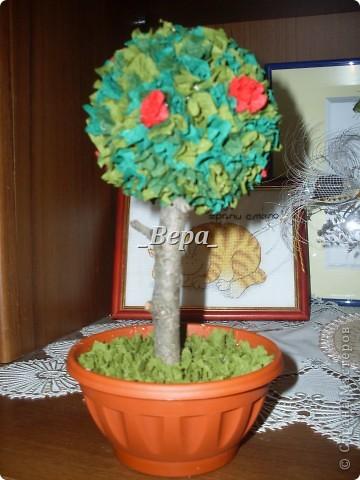 Крона дерева не круглая так как в тот вечер у нас мячики закончились,мы решили сделать крону из пластиковой банки)) фото 2