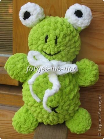Смешной плюшевый лягушонок, похожий на мишку)