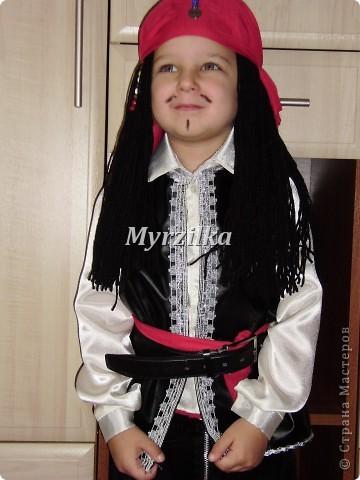 Это мое первое исполнение в шитье. Сшила в садик новогодний костюм сыну. Угадайте какой? Пират - Джек Воробей! Похож???))) фото 1