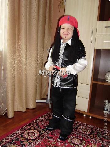 Это мое первое исполнение в шитье. Сшила в садик новогодний костюм сыну. Угадайте какой? Пират - Джек Воробей! Похож???))) фото 3
