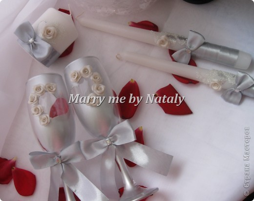 """Здравствуйте, уважаемые мастерицы! Представляю на ваш суд свой новый набор: фужеры, свечи """"семейный очаг"""" и наряд жениха и невесты на бутылки, выполнен в цвете """"серебро"""".  фото 4"""