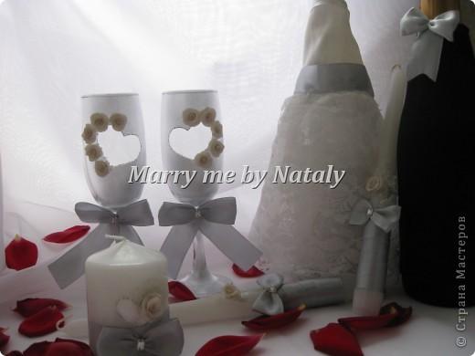 """Здравствуйте, уважаемые мастерицы! Представляю на ваш суд свой новый набор: фужеры, свечи """"семейный очаг"""" и наряд жениха и невесты на бутылки, выполнен в цвете """"серебро"""".  фото 1"""