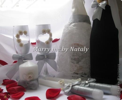 """Здравствуйте, уважаемые мастерицы! Представляю на ваш суд свой новый набор: фужеры, свечи """"семейный очаг"""" и наряд жениха и невесты на бутылки, выполнен в цвете """"серебро"""".  фото 2"""