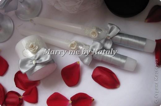 """Здравствуйте, уважаемые мастерицы! Представляю на ваш суд свой новый набор: фужеры, свечи """"семейный очаг"""" и наряд жениха и невесты на бутылки, выполнен в цвете """"серебро"""".  фото 6"""