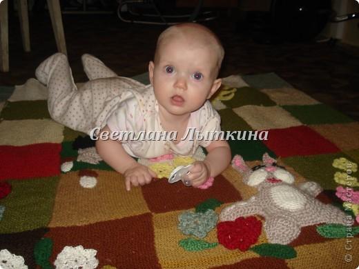 у меня в наличии было много старых свитеров и вот в итоге что из них получилось...коврик для моей доченьки.  фото 1