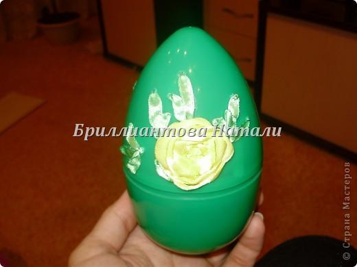 Это моя первая пробная работа.. уж очень мне понравилась эта техника вышивки лентами  на яйце.  Настоящее яйцо я не стала брать, дабы не портить себе настроение, если вдруг оно разобьется... Купила большое, пластмассовое.. с игрушкой внутри. Стоит  40 рублей. Вот , что у меня получилось.. немного расскажу и покажу...  Если что-то будет непонятно, спрашивайте...  фото 10