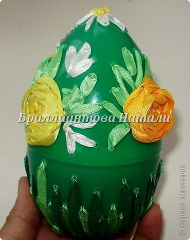 Это моя первая пробная работа.. уж очень мне понравилась эта техника вышивки лентами  на яйце.  Настоящее яйцо я не стала брать, дабы не портить себе настроение, если вдруг оно разобьется... Купила большое, пластмассовое.. с игрушкой внутри. Стоит  40 рублей. Вот , что у меня получилось.. немного расскажу и покажу...  Если что-то будет непонятно, спрашивайте...  фото 17