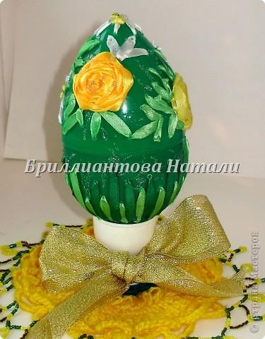 Это моя первая пробная работа.. уж очень мне понравилась эта техника вышивки лентами  на яйце.  Настоящее яйцо я не стала брать, дабы не портить себе настроение, если вдруг оно разобьется... Купила большое, пластмассовое.. с игрушкой внутри. Стоит  40 рублей. Вот , что у меня получилось.. немного расскажу и покажу...  Если что-то будет непонятно, спрашивайте...  фото 18