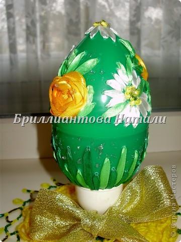Это моя первая пробная работа.. уж очень мне понравилась эта техника вышивки лентами  на яйце.  Настоящее яйцо я не стала брать, дабы не портить себе настроение, если вдруг оно разобьется... Купила большое, пластмассовое.. с игрушкой внутри. Стоит  40 рублей. Вот , что у меня получилось.. немного расскажу и покажу...  Если что-то будет непонятно, спрашивайте...  фото 19