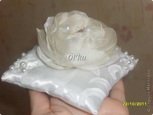 Попробовала сделать розу из ткани. Понравилось! Решила соединить привычное (подушечку) с новым. Как Вам результат?  фото 3