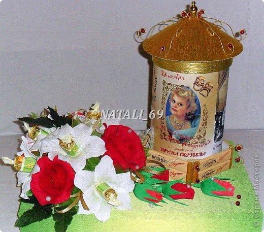 Подарок для женщины - режиссера театра.  Крышка с афишной тумбы снимается. Внутри конфетки и чай. В основании коробка конфет, которая, при желании, легко достается. фото 1