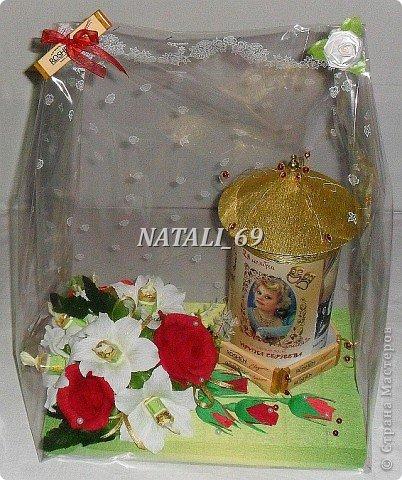 Подарок для женщины - режиссера театра.  Крышка с афишной тумбы снимается. Внутри конфетки и чай. В основании коробка конфет, которая, при желании, легко достается. фото 5