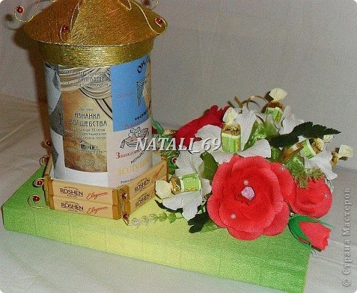 Подарок для женщины - режиссера театра.  Крышка с афишной тумбы снимается. Внутри конфетки и чай. В основании коробка конфет, которая, при желании, легко достается. фото 2