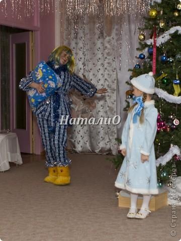 """Шила костюм Снегурочки 5 лет назад, решила показать, только фото с праздника, отдельно нет. Выкройка по детскому халатику, шапочка как говорится """"на глаз"""" из 4 частей. Мех+пайетки фото 2"""