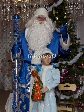 """Шила костюм Снегурочки 5 лет назад, решила показать, только фото с праздника, отдельно нет. Выкройка по детскому халатику, шапочка как говорится """"на глаз"""" из 4 частей. Мех+пайетки фото 1"""