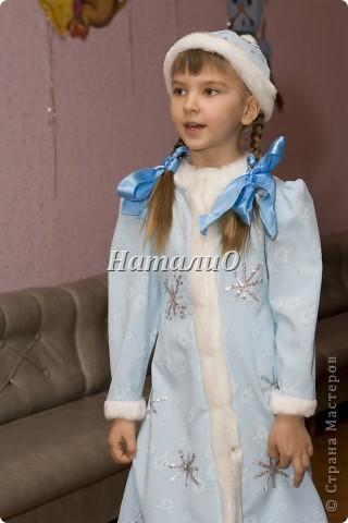 """Шила костюм Снегурочки 5 лет назад, решила показать, только фото с праздника, отдельно нет. Выкройка по детскому халатику, шапочка как говорится """"на глаз"""" из 4 частей. Мех+пайетки фото 3"""