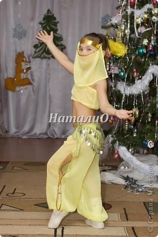 """Шила костюм Снегурочки 5 лет назад, решила показать, только фото с праздника, отдельно нет. Выкройка по детскому халатику, шапочка как говорится """"на глаз"""" из 4 частей. Мех+пайетки фото 6"""