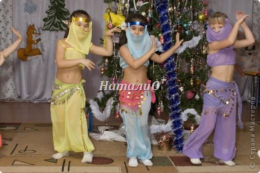 """Шила костюм Снегурочки 5 лет назад, решила показать, только фото с праздника, отдельно нет. Выкройка по детскому халатику, шапочка как говорится """"на глаз"""" из 4 частей. Мех+пайетки фото 4"""