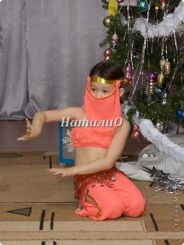 """Шила костюм Снегурочки 5 лет назад, решила показать, только фото с праздника, отдельно нет. Выкройка по детскому халатику, шапочка как говорится """"на глаз"""" из 4 частей. Мех+пайетки фото 5"""