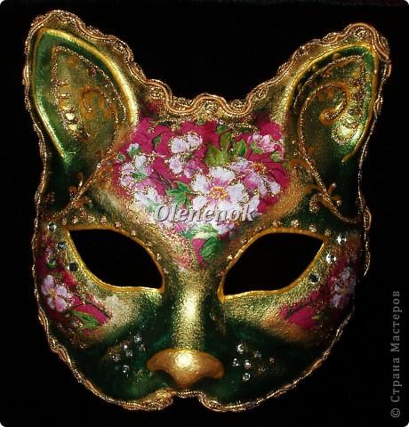 Вот такая кошечка поселилась в моем доме. Делали мы ее вместе с дочкой целых 3 дня. Цветы на маске сделаны с помощью техники декупаж. Сама маска была окрашена акриловыми красками с металлическим блеском. Рисунок нанесен золотым контуром и контуром с золотыми блестками. В декоре были использованы еще мелкие камушки. Контур маски отделан золотым шнуром. фото 1