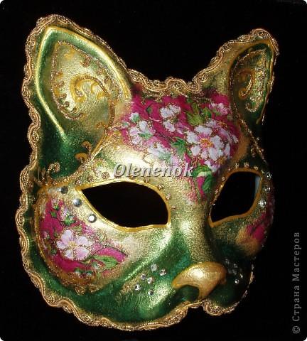 Вот такая кошечка поселилась в моем доме. Делали мы ее вместе с дочкой целых 3 дня. Цветы на маске сделаны с помощью техники декупаж. Сама маска была окрашена акриловыми красками с металлическим блеском. Рисунок нанесен золотым контуром и контуром с золотыми блестками. В декоре были использованы еще мелкие камушки. Контур маски отделан золотым шнуром. фото 2