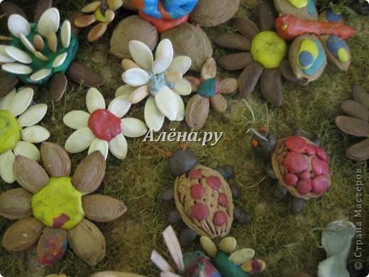 Представляю наши осенние фантазии в кружковой работе. Это панно делали дети средней группы.             На лугу  Бежит тропинка через луг,  Ныряет влево, вправо.  Куда ни глянь, цветы вокруг,  Да по колено травы.  Зеленый луг, как чудный сад,  Пахуч и свеж в часы рассвета.  Красивых, радужных цветов  На них разбросаны букеты. И. Суриков фото 9