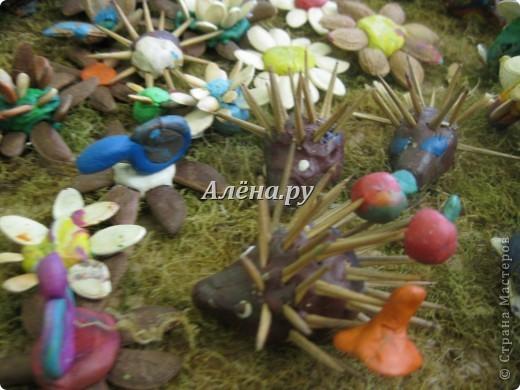 Представляю наши осенние фантазии в кружковой работе. Это панно делали дети средней группы.             На лугу  Бежит тропинка через луг,  Ныряет влево, вправо.  Куда ни глянь, цветы вокруг,  Да по колено травы.  Зеленый луг, как чудный сад,  Пахуч и свеж в часы рассвета.  Красивых, радужных цветов  На них разбросаны букеты. И. Суриков фото 12