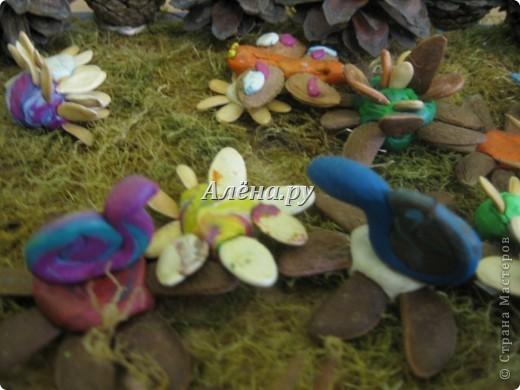 Представляю наши осенние фантазии в кружковой работе. Это панно делали дети средней группы.             На лугу  Бежит тропинка через луг,  Ныряет влево, вправо.  Куда ни глянь, цветы вокруг,  Да по колено травы.  Зеленый луг, как чудный сад,  Пахуч и свеж в часы рассвета.  Красивых, радужных цветов  На них разбросаны букеты. И. Суриков фото 13
