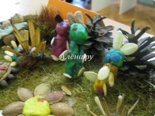 Представляю наши осенние фантазии в кружковой работе. Это панно делали дети средней группы.             На лугу  Бежит тропинка через луг,  Ныряет влево, вправо.  Куда ни глянь, цветы вокруг,  Да по колено травы.  Зеленый луг, как чудный сад,  Пахуч и свеж в часы рассвета.  Красивых, радужных цветов  На них разбросаны букеты. И. Суриков фото 14