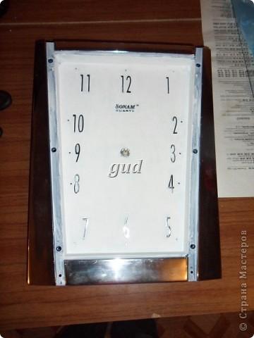 У мастериц Страны Мастеров очень много работ по обновлению часов. И таких шикарных! Очень тоже хотелось попробовать сделать в технике декупажа что- то подобное.. И вот мне предоставился случай немножко обновить часики. У моей знакомой были часы на кухне синего цвета. Купила она новую кухню оранжевого цвета, а стены перекрасила в золотистый цвет. И вот принесла мне часы, можно ли что-нибудь с ними сделать, говорит, а то синий цвет теперь совсем не в тему получается.  фото 3