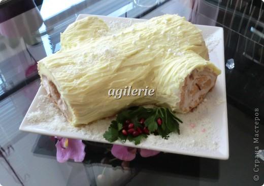 Французский рецепт торта, который называется Полено (Buche de Noel) и обычно готовится на Рождество. Совсем без муки, это шоколадный торт с шоколадными взбитыми сливками. Традиционно посыпается сахарной пудрой, чтобы походить на присыпанное снегом полено.      Я немного заменила пудру на кокосовыю стружку.И Добавила всё-таки немного муки.  фото 1
