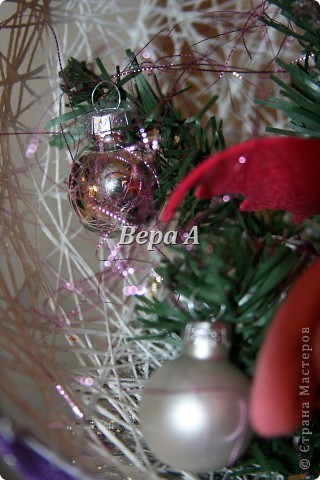 """В школе будет конкурс """"Новый год в кругу семьи"""". Надо сделать новогоднюю поделку всей семьей. Вот мы создали с Нюсей такую композицию-шар - паутинка, внутри дракончик и украшенная ветка елки. фото 5"""