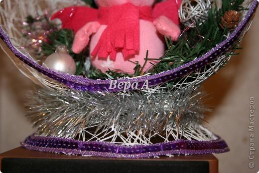 """В школе будет конкурс """"Новый год в кругу семьи"""". Надо сделать новогоднюю поделку всей семьей. Вот мы создали с Нюсей такую композицию-шар - паутинка, внутри дракончик и украшенная ветка елки. фото 4"""