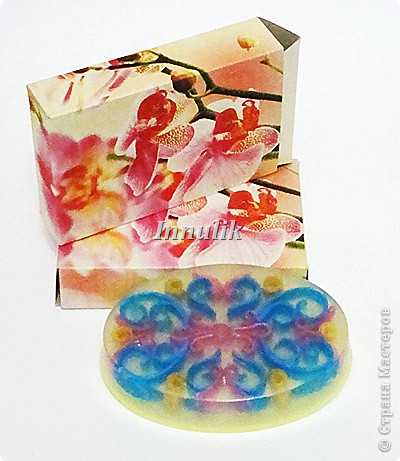 Такую коробочку я использую для упаковки мыла из пластиковой овальной формы. Её размеры 60х90х21 мм.