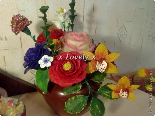 Это мой первый букетик из хф))Его я сделала к 2012 году. Там орхидея, гвоздика, 3 розы, несколько обычных цветочков, и 3 красных цветка.