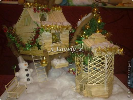 Это я делала в подарок к 2011 году. МК по изготовлению нашла в интернете, ну и добавила свои штрихи. Домик двухэтажный со шторами. Чтобы не поднимать грузы по лестнице в доме установлен подъёмник.