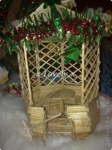 Это я делала в подарок к 2011 году. МК по изготовлению нашла в интернете, ну и добавила свои штрихи. Домик двухэтажный со шторами. Чтобы не поднимать грузы по лестнице в доме установлен подъёмник. фото 4
