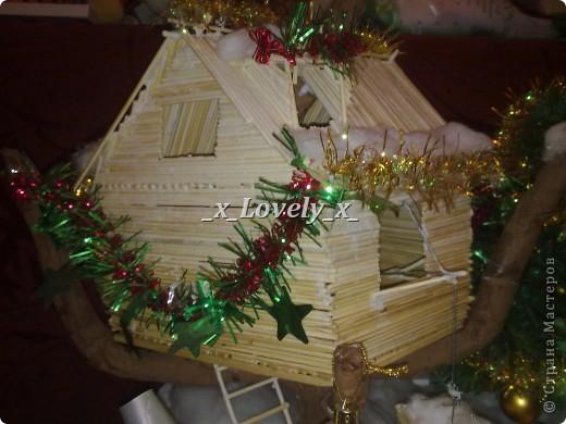 Это я делала в подарок к 2011 году. МК по изготовлению нашла в интернете, ну и добавила свои штрихи. Домик двухэтажный со шторами. Чтобы не поднимать грузы по лестнице в доме установлен подъёмник. фото 2