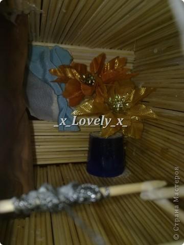 Это я делала в подарок к 2011 году. МК по изготовлению нашла в интернете, ну и добавила свои штрихи. Домик двухэтажный со шторами. Чтобы не поднимать грузы по лестнице в доме установлен подъёмник. фото 3