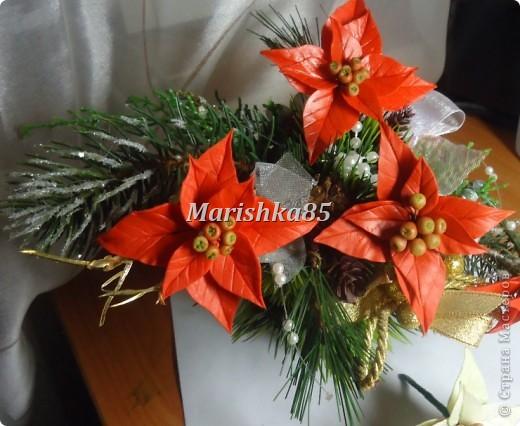 В преддверии новогодних праздников можно увидеть много новогодних украшений, одним из праздничных цветков по праву стала пуансетия. Видя эти замечательные цветы, всегда вспоминаются красивейшие венки с ними. Предлагаю и вам слепить такие красивые рождественские цветы. фото 1