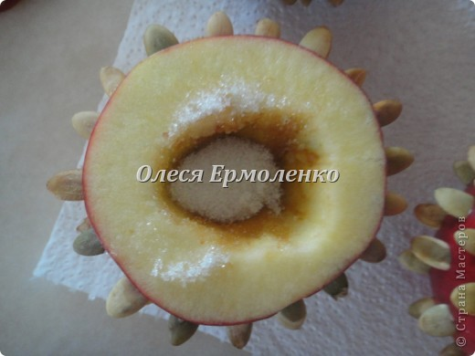 Всем привет! Сегодня с дочей готовили её любимые запечёные яблочки, украшали тыквенными семечками (приятное с полезным) и фото 3